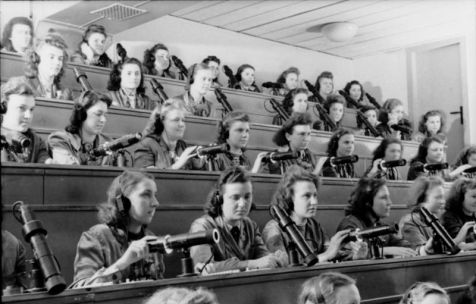 Technisch fitte Flakhelferinnen, 1944
