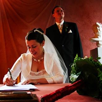 Unterschreiben_des_Hochzeitsvertrages